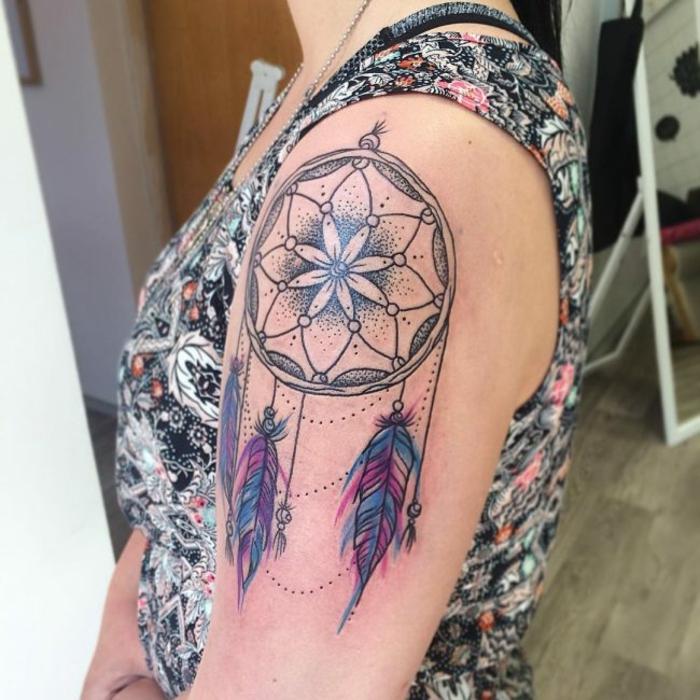 tatouage attrape-rêve coloré femme
