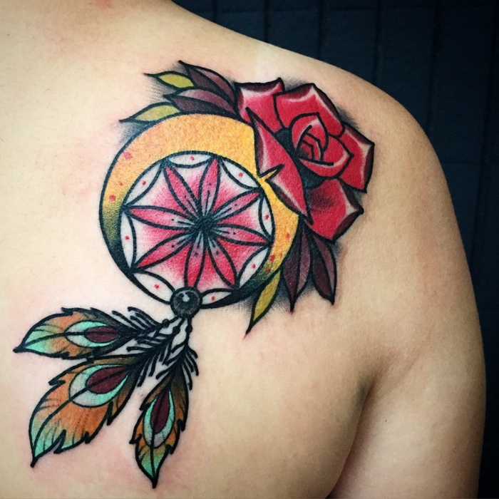 tatouage attrape-rêve en couleurs