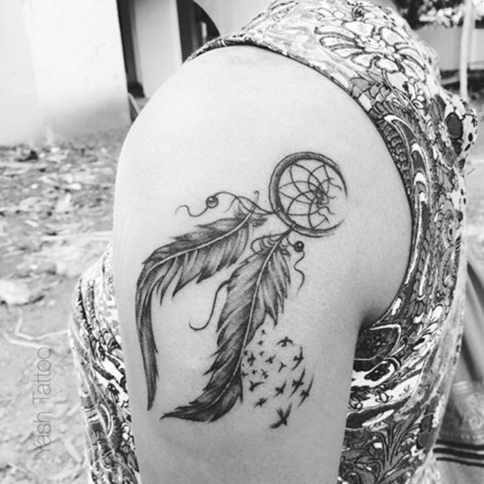 tatouage attrape-rêve femme épaule