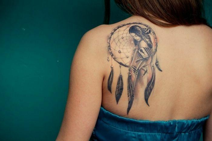 tatouage attrape-rêve jeune indienne