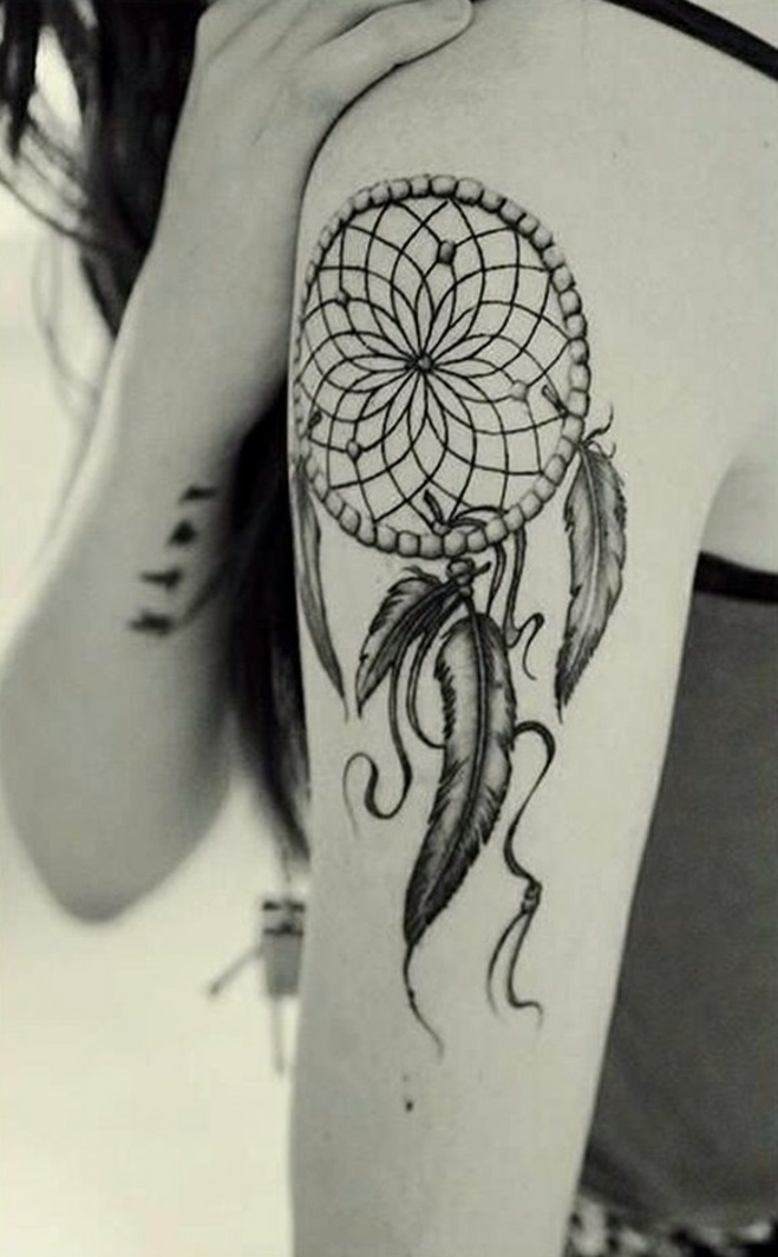 tatouage bras femme attrape-rêve