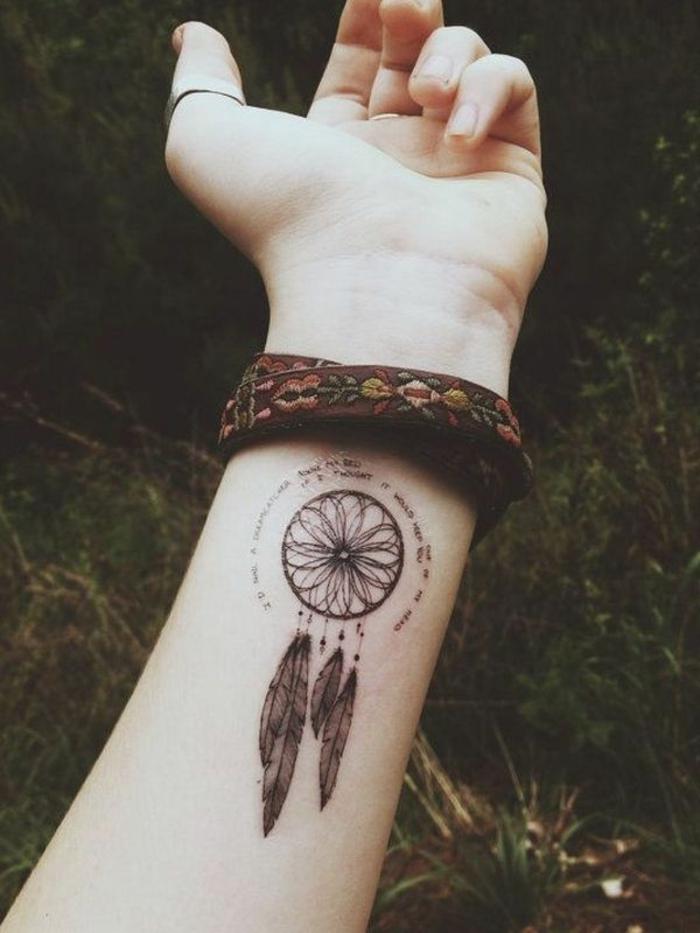 tatouage féminin bras attrape-rêve