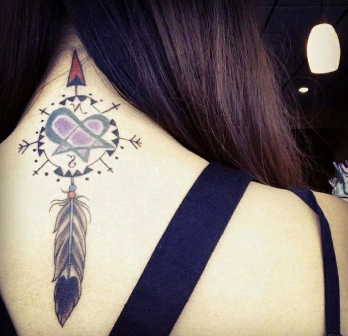 tatouage femme attrape-rêve cou