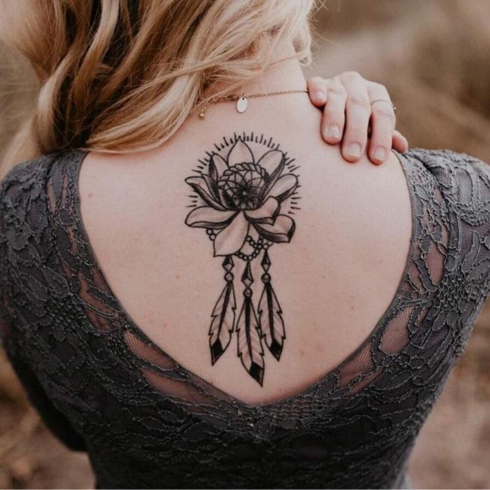 tatouage fleur attrape-rêve dos femme