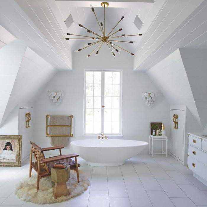 aménagement de combles idée salle de bains blanche