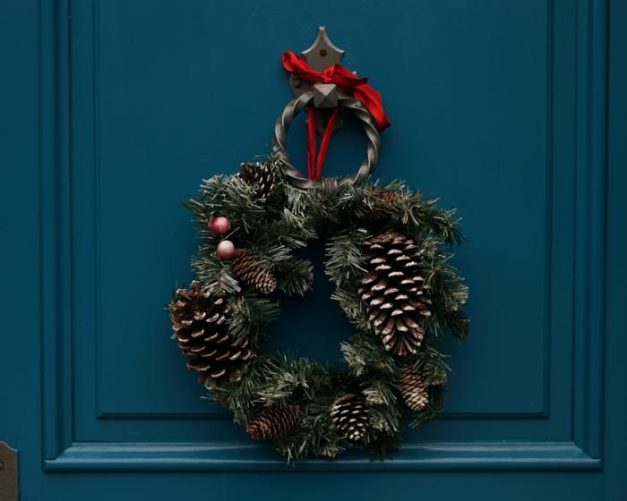 décoration de Noël avec pommes de pin