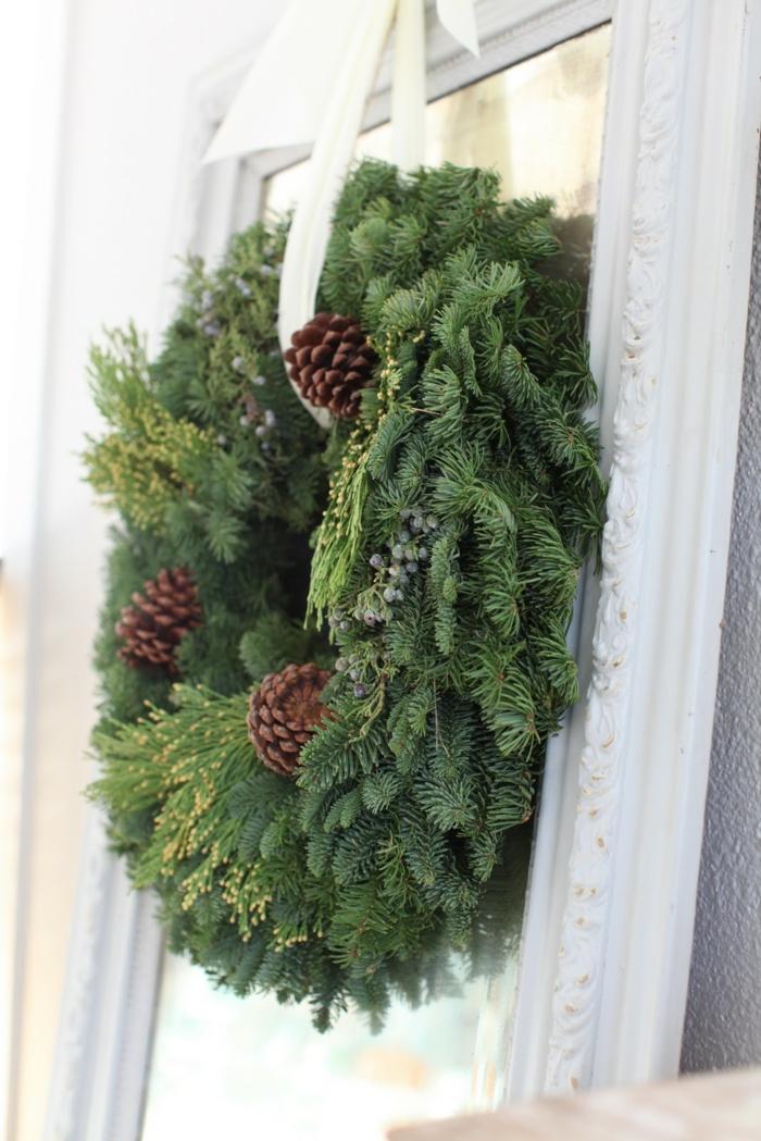 décoration de Noël pour la porte avec une couronne