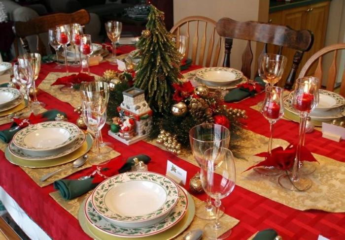 décoration de table de noël accents rouge et or