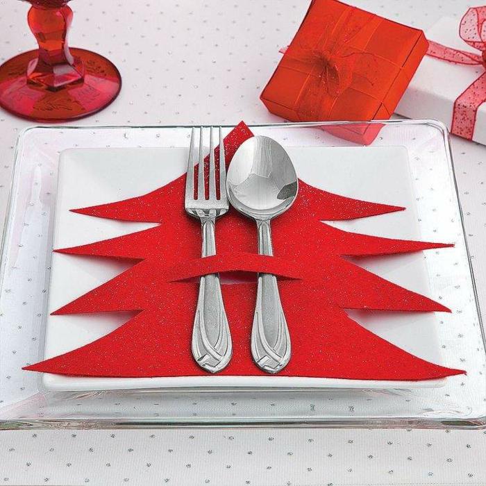 décoration de table de noël arrangement de serviette fourchette cuillère