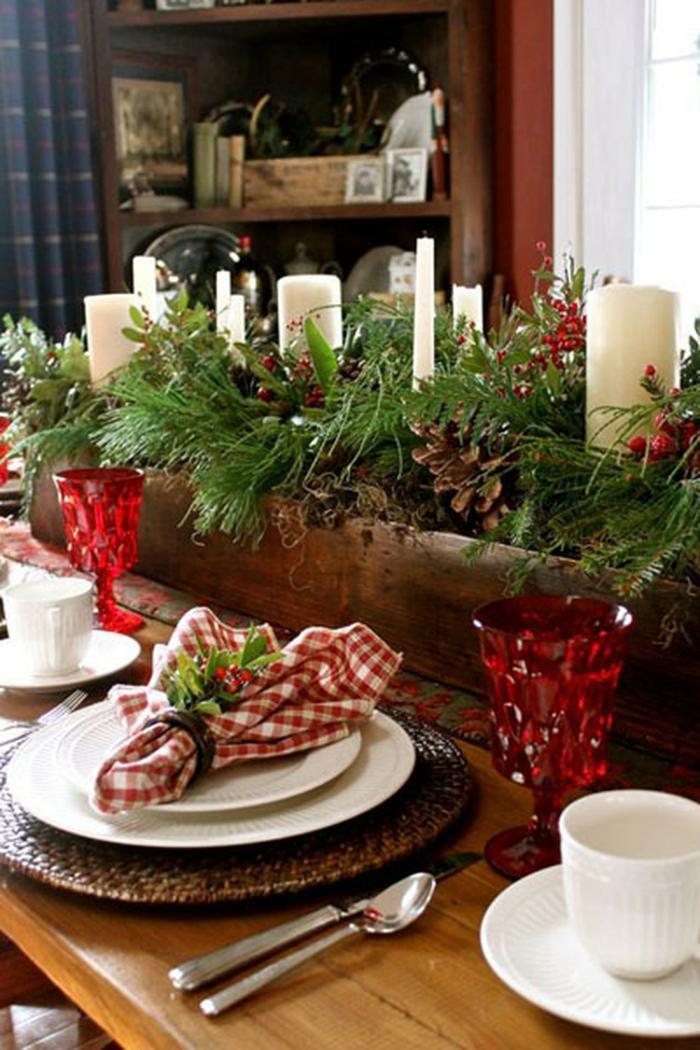 décoration de table de noël avec des branches de pin