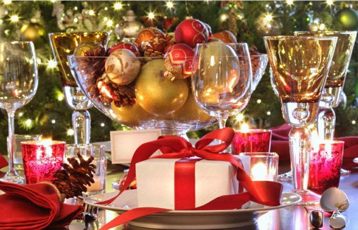 décoration de table de noël avec des cadeaux joli emballage