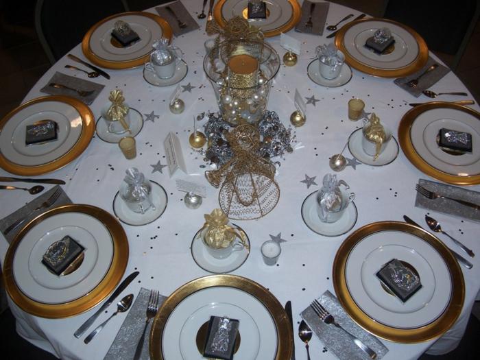 décoration de table de noël avec des cadeaux pour les invités