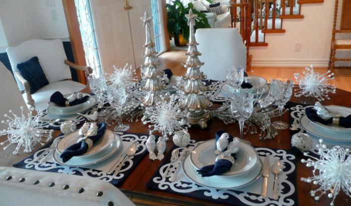 décoration de table de noël blanc bleu foncé et argent