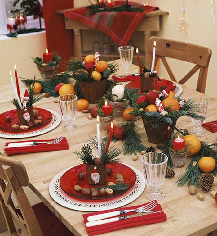 décoration de table de noël bougies fruits pommes de pins