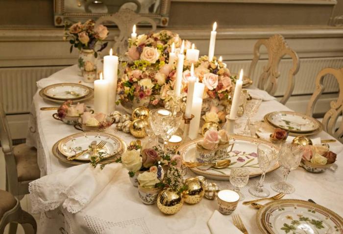décoration de table de noël boules de noël et fleurs
