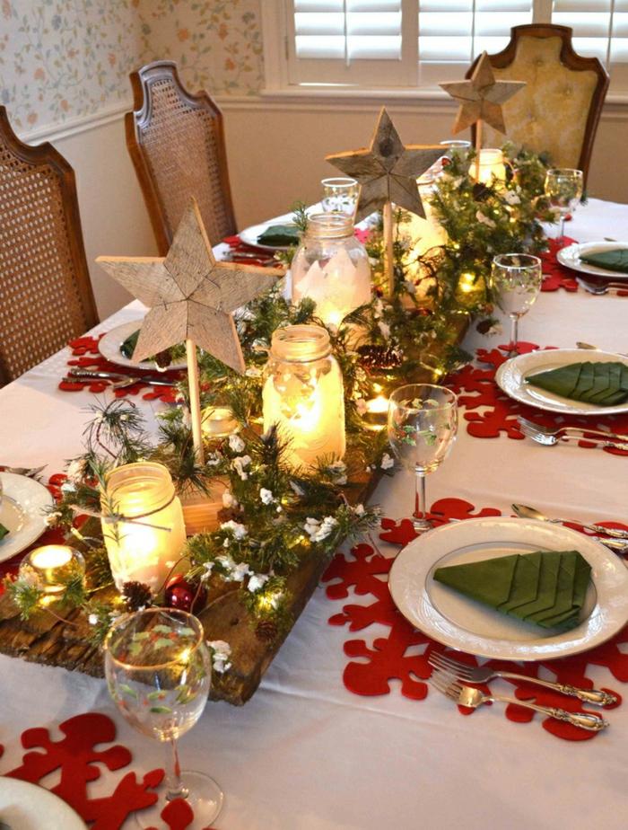 décoration de table de noël branches de pin étoiles en bois