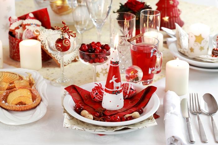 décoration de table de noël en blanc avec des accents en rouge