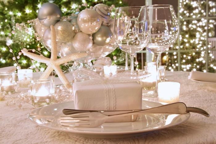 décoration de table de noël en blanc avec des cadeaux