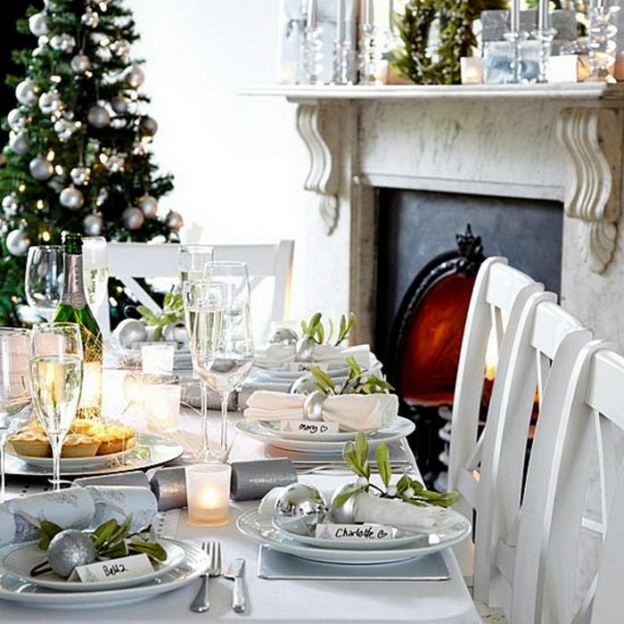 décoration de table de noël en blanc et argent