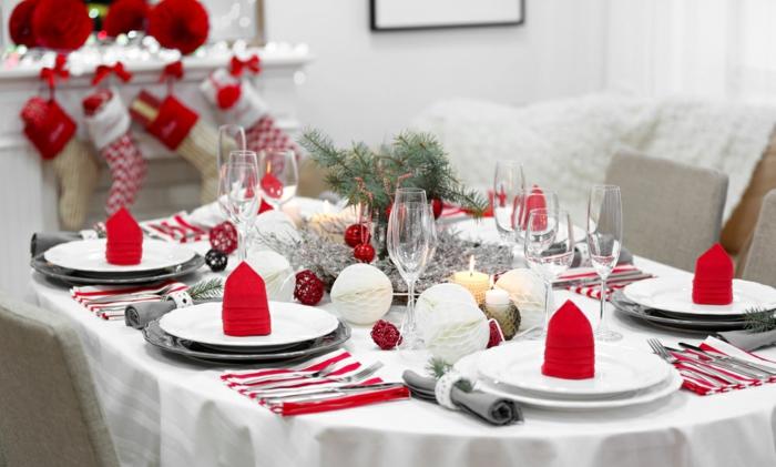 décoration de table de noël nappe blanche serviette blanc et rouge
