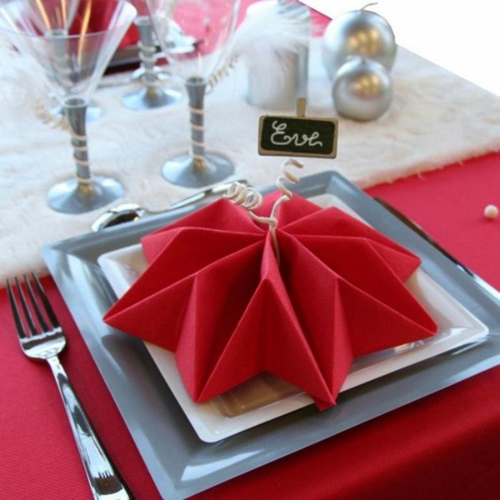 décoration de table de noël serviette rouge pliée