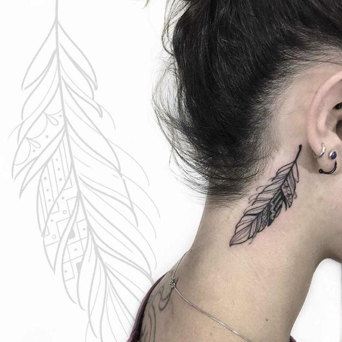 derrière l'oreille tatouage plume
