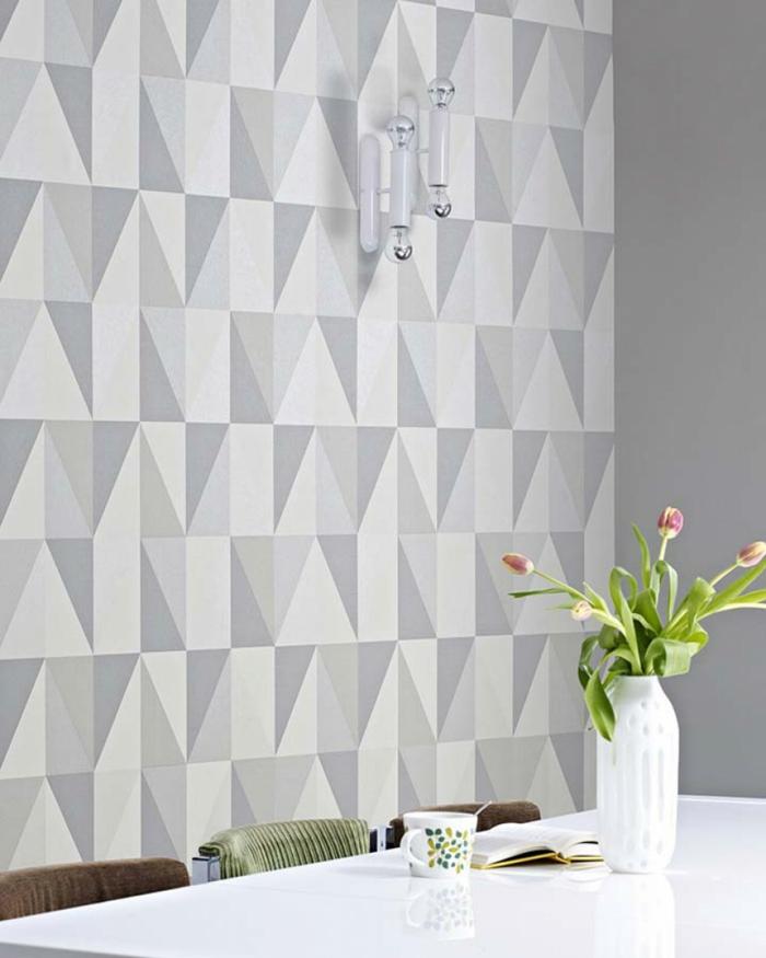 formes géométriques dans la salle à manger avec un papier peint scandinave