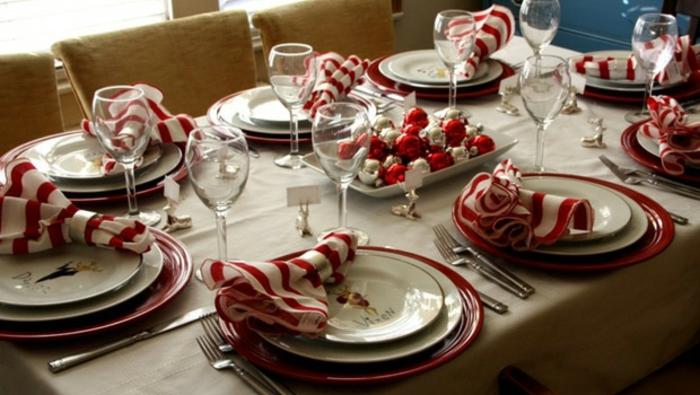 idée décoration de table de noël avec des boules de noël