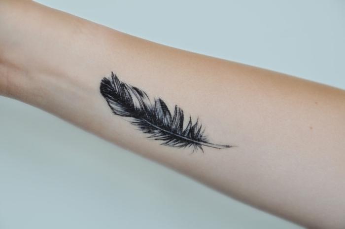 Tatouage plume id es inspirantes de tatouage et signification - Signification plume tatouage ...
