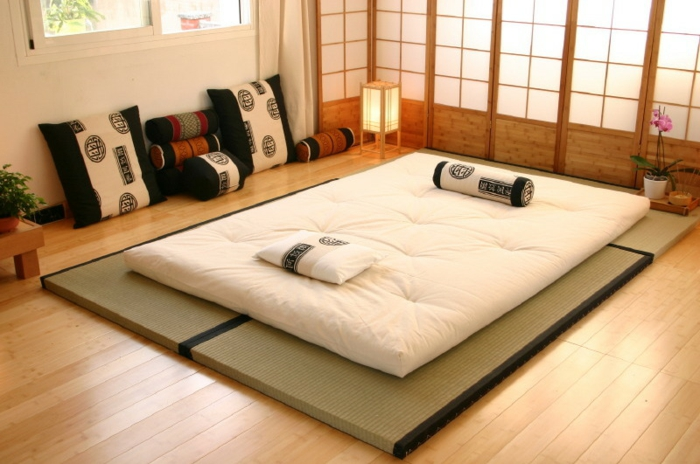 lit futon pour une chambre coucher de style japonais. Black Bedroom Furniture Sets. Home Design Ideas