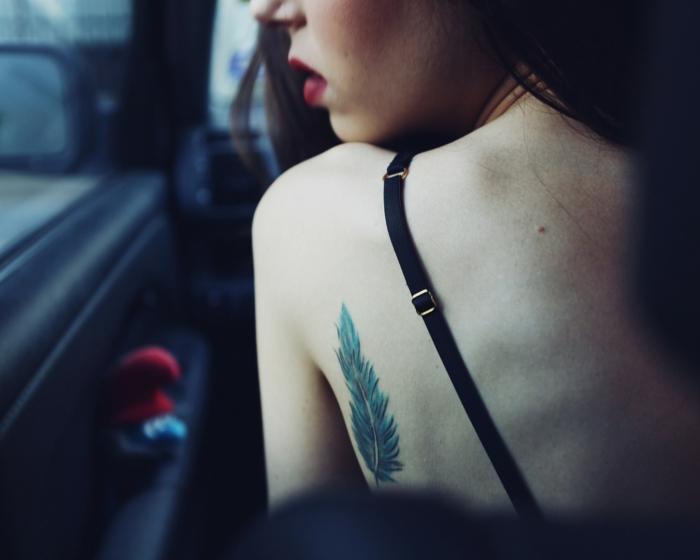 tatouage plume verte