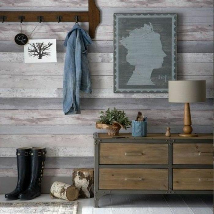 entrée mur tapissé de papier peint imitation bois