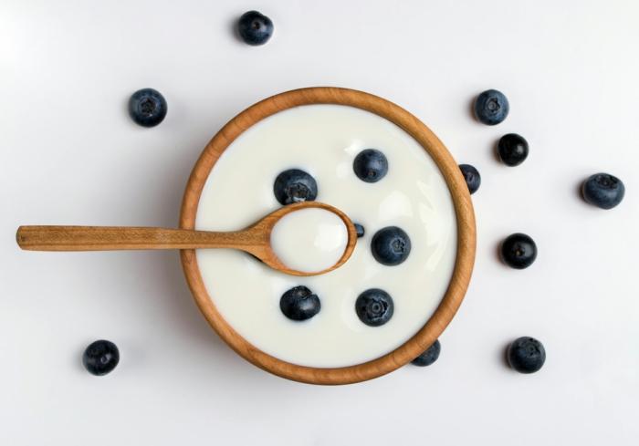 lait fermenté avec des fruits frais