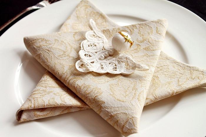 pliage de serviette pour noël figurine de petit ange