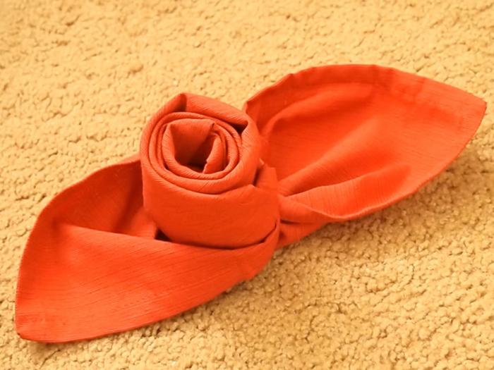 pliage de serviette pour noël rose en serviette de tissu