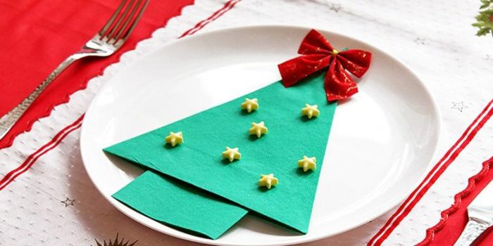 pliage de serviette pour noël sapin décoré