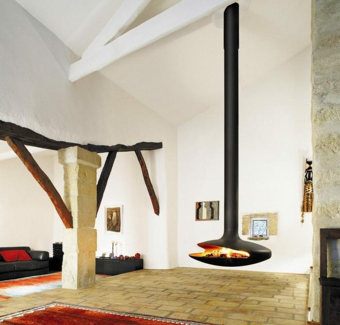 poêle à bois suspendu dans un salon rustique