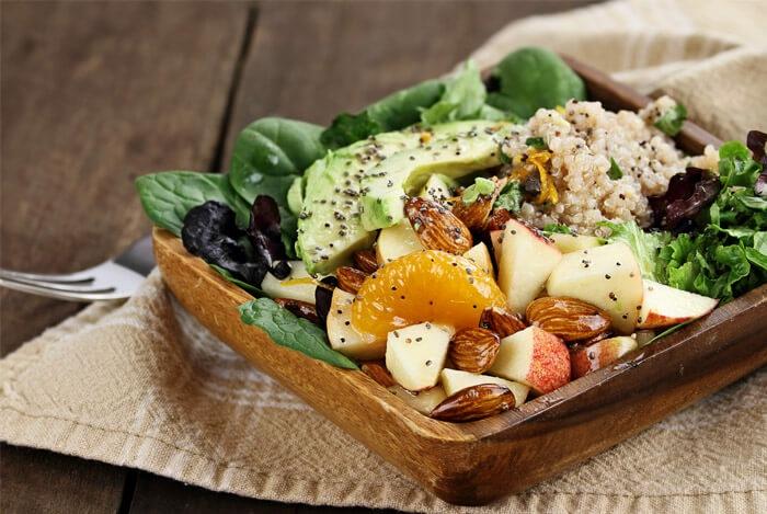 salade avec graines de chia et avocat