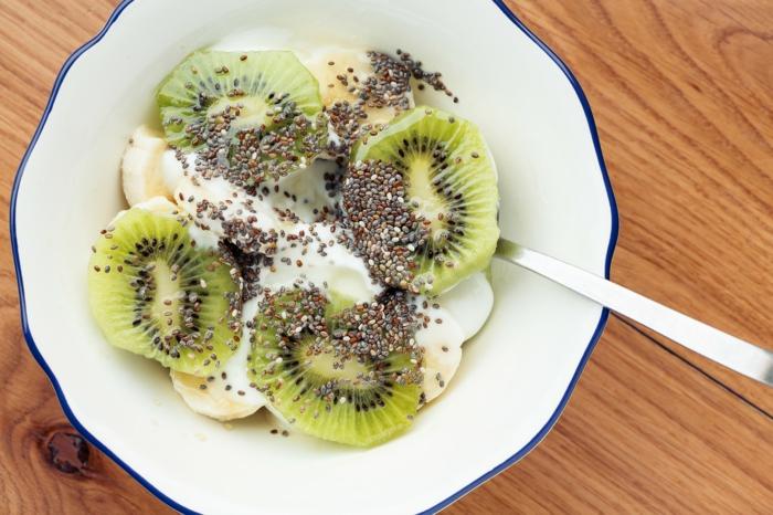 yaourt et fruits avec graines de chia