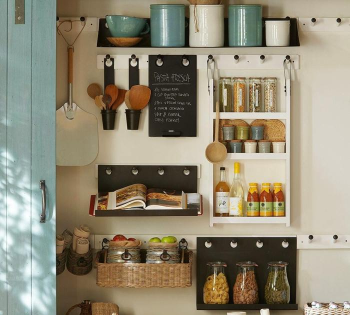 aménagement petite cuisine barres à crochets sur les murs