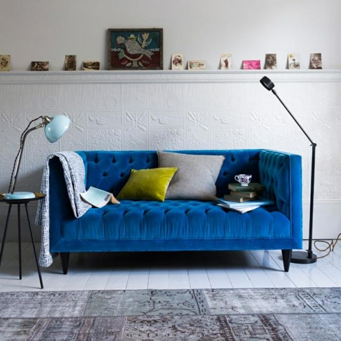 bleu canapé velours dans un salon