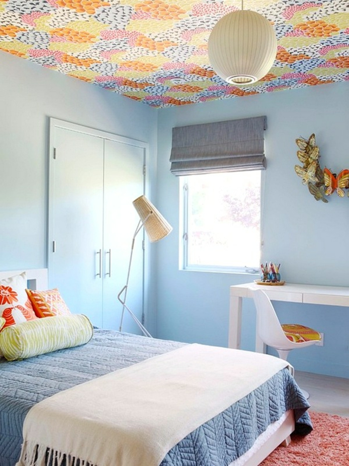 chambre à coucher bleue papier peint plafond