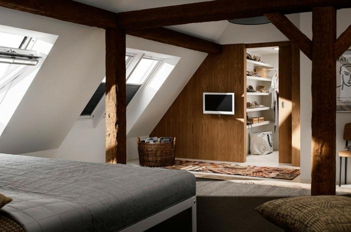chambre mansardée avec grandes fenêtres