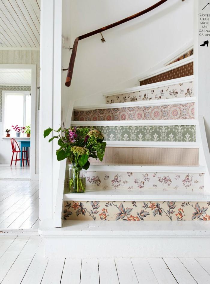 décoration tendance d'escalier moderne avec du papier peint