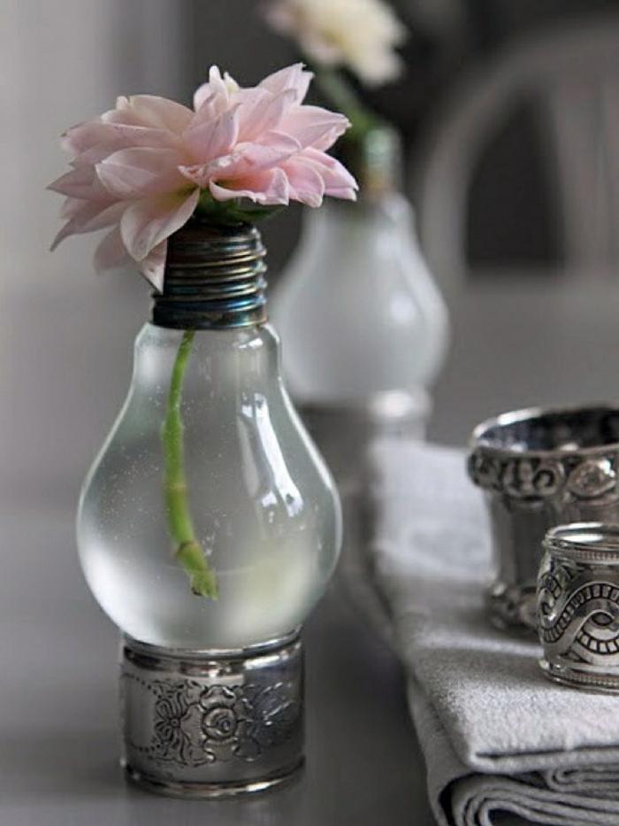 jolis vases fabriqués à partir d'ampoules électriques