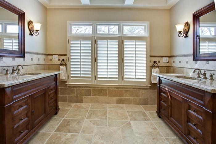 meubles bois foncé salle de bains carrelage travertin
