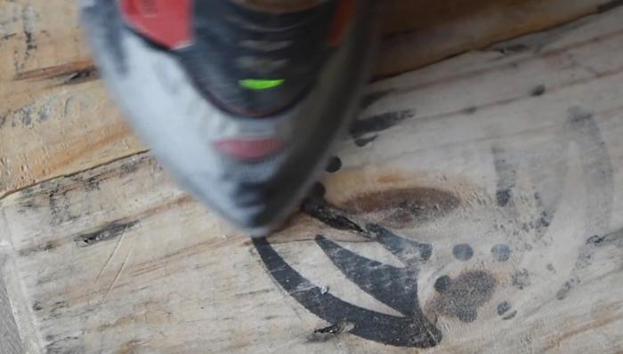 poncer la surface du touret bois