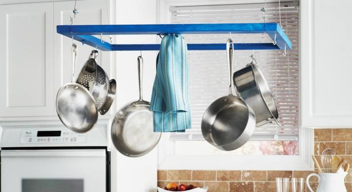 porte-casserole accrochée au plafond aménagement petite cuisine