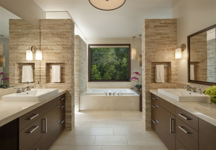 salle de bains avec baignoire carrelage travertin