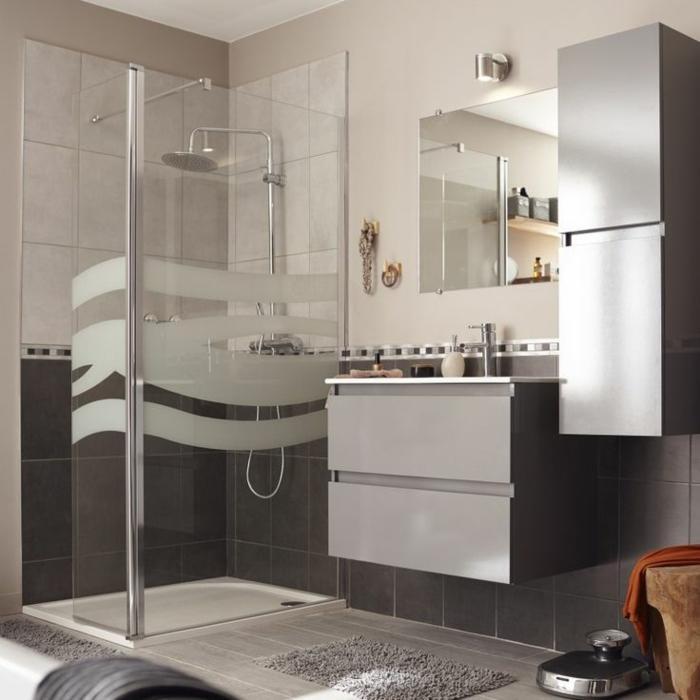 salle de bains grise douche à l'italienne avec receveur